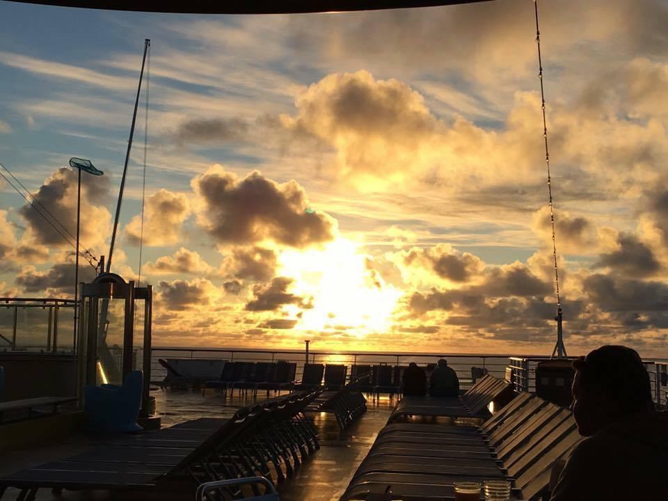 Croisière tour du monde Austral 2017 En route pour l'île de Pâques levé de soleil au milieu du Pacific 2