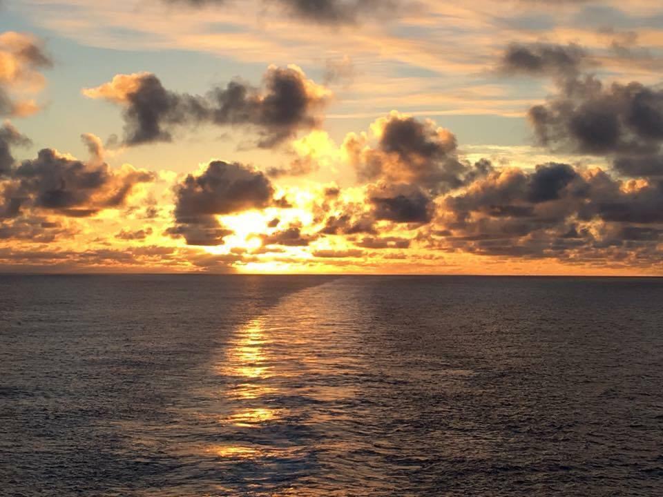 Croisière tour du monde Austral 2017 En route pour l'île de Pâques levé de soleil au milieu du Pacific