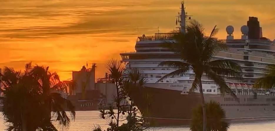 Le #QueenVictoria quitte #FortLauderdale et #PortEverglade #Miami #Floride Cunard sous le couché du soleil...