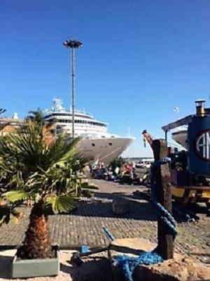 Le luminosa au quai de Montevideo pour la journee