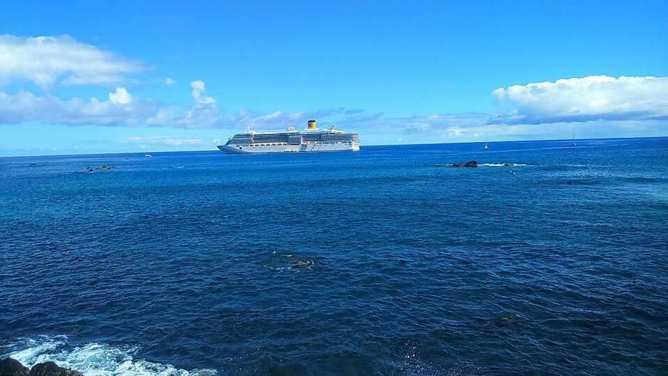 Croisière tour du monde Austral 2017 Le Costa Luminosa à l'ancre au large de l'île de Pâques