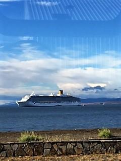 Croisière tour du Monde Austral 2017 Le Costa Luminosa à l'ancre au large de Punta Arenas au Chili