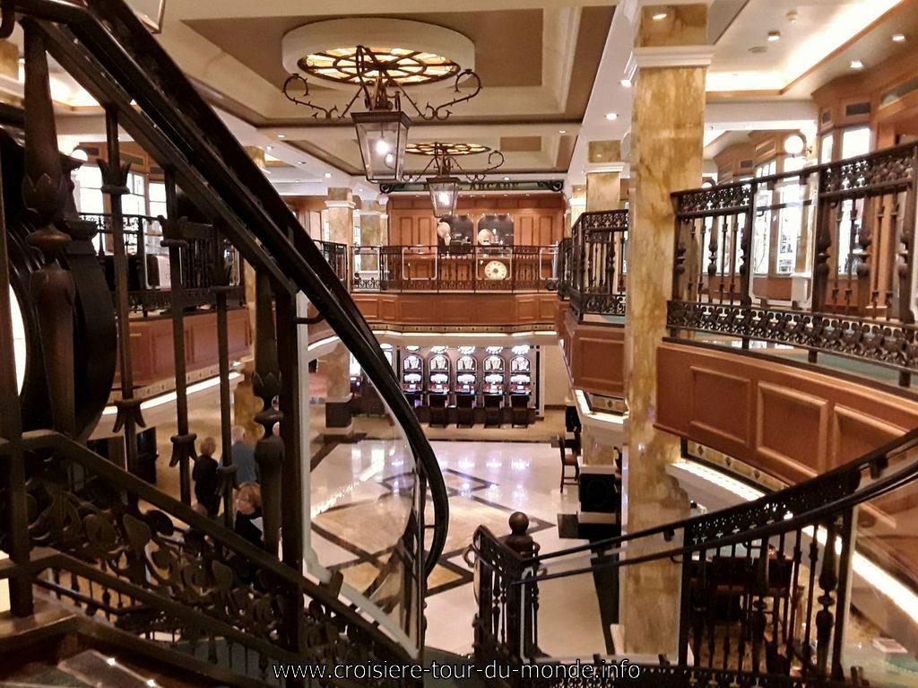 Vie à bord du Queen Victoria Le casino vu des escaliers