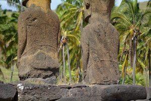 Détails au dos des Moaïs présents à Ahu Nau Nau sur l'Île de Pâques