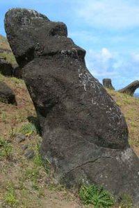 Moaï sculpté sur une vieille tête de Moaï