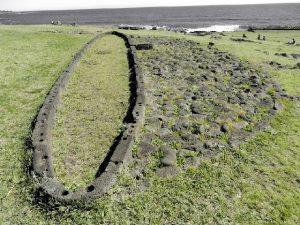 Restes de maisons hare paenga sur l'Île de Pâques