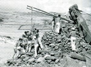 Travaux de reconstruction à Ahu Akivi sur l'Île de Pâques